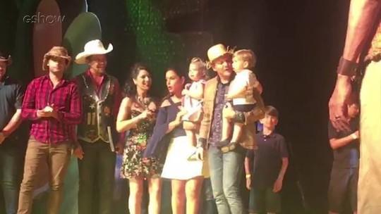 Michel Teló ganha bolo surpresa de aniversário de esposa e filhos: 'Sou um cara muito abençoado'