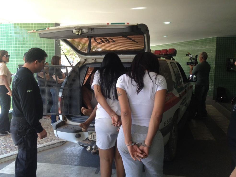 Travestis suspeitas de liderar organização que fazia tráfico interestadual de pessoas para prostituição no DF são presas (Foto: Bianca Marinho/G1)