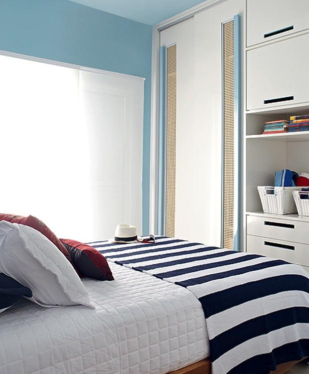 No apartamento na praia da empresária Vera Damy, a arquiteta Andrea Murao teve que lidar não só com o quarto pequeno, mas com o problema da maresia. Por isso, os armários têm portas de correr revestidas de Formica, com respiros de palha (Foto: Victor Affaro/Casa e Jardim)