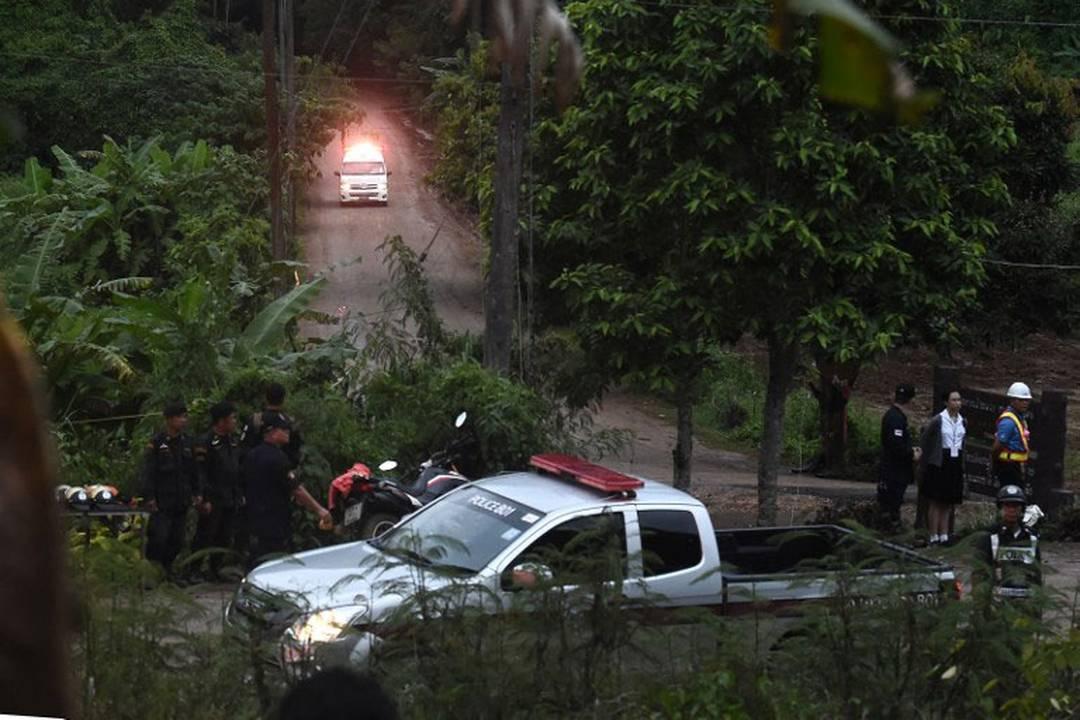 Ambulância deixa caverna Tham Luang, Tailândia, durante operação de resgate de grupo de 13 pessoas neste domingo (8)