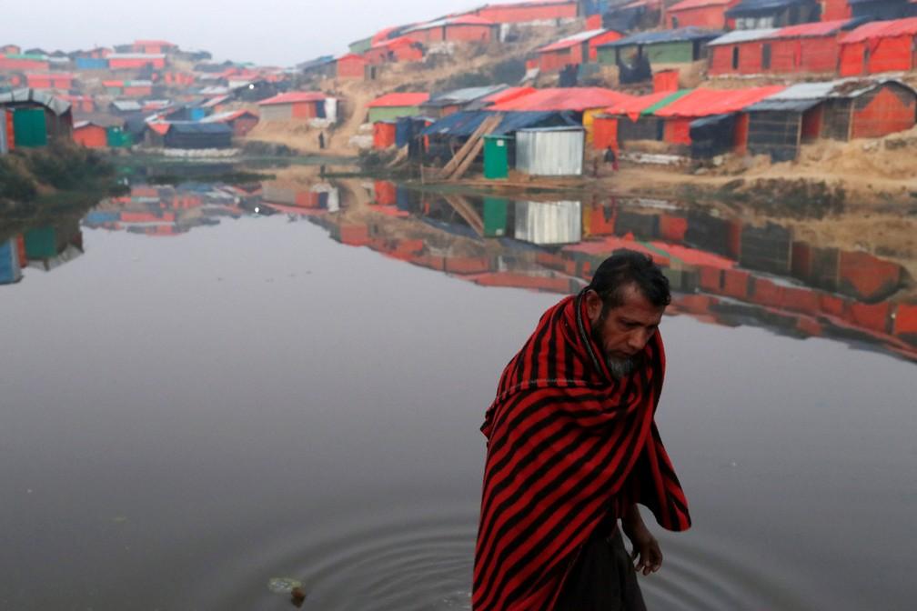 10 de janeiro - Um refugiado rohingya caminha ao lado de uma lagoa no início da manhã no campo de refugiados de Balukhali, perto de Cox's Bazar, em Bangladesh (Foto:  Tyrone Siu/Reuters)