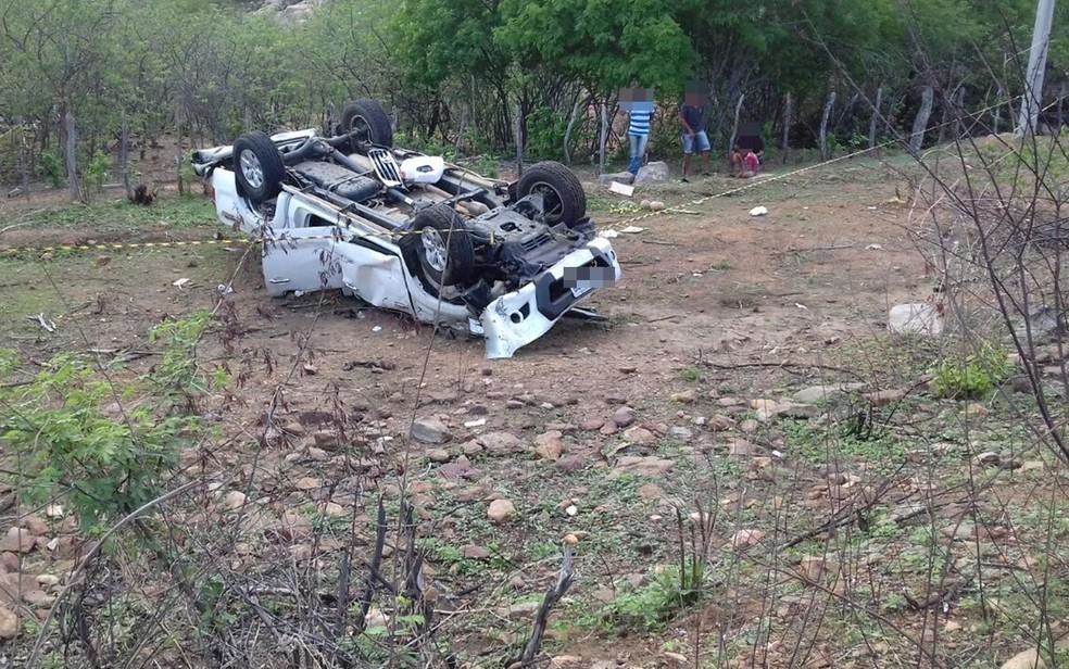 Carro do prefeito de São José da Lagoa Tapada saiu da pista e capotou, na PB-366 (Foto: Beto Silva/TV Paraíba)