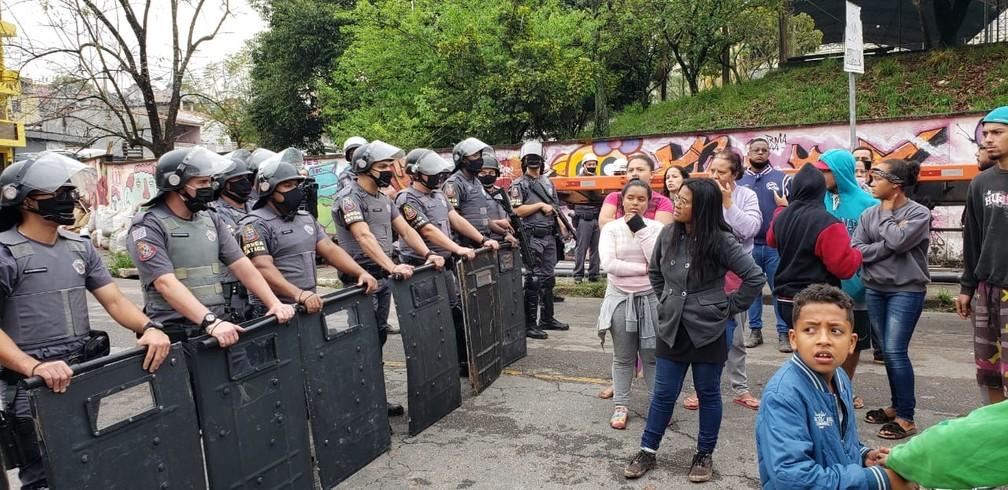PM acompanha reintegração de posse em terreno do governo estadual em Diadema — Foto: Walace Lara/TV Globo