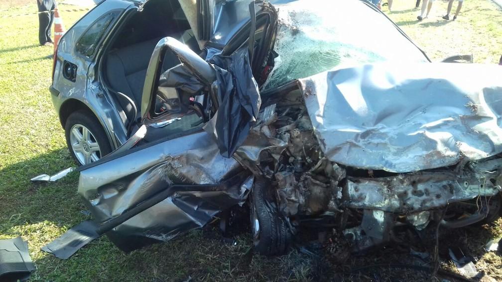 Veículos ficaram totalmente destruídos após a batida  (Foto: Divulgação/PRF)
