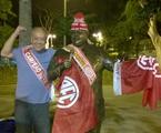 José Trajano posa ao lado da estátua de Tim Maia, na Tijuca | Arquivo pessoal