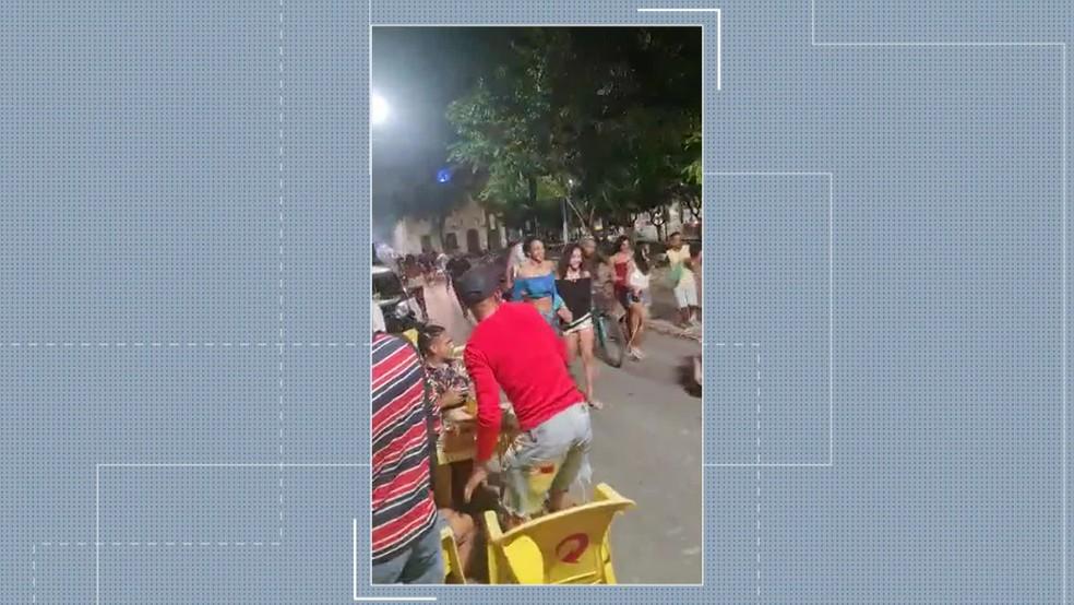 Aglomeração de jovens dispersada pela Polícia Militar no bairro de Nossa Senhora do Ó, em Ipojuca, no Litoral Sul de Pernambuco — Foto: Reprodução/TV Globo