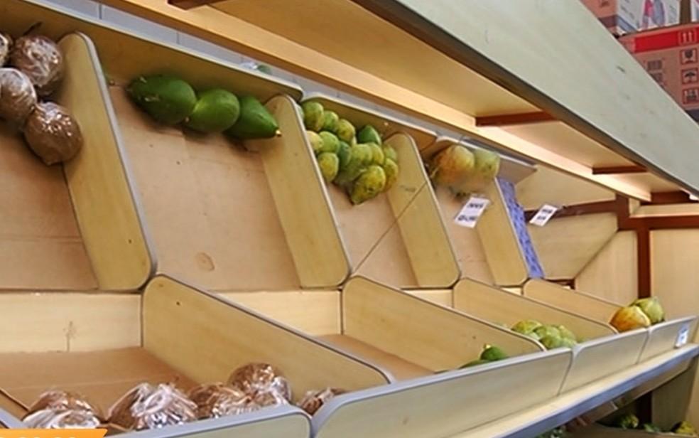 Faltam verduras e frutas em supermercados de Jataí (Foto: TV Anhanguera/ Reprodução)