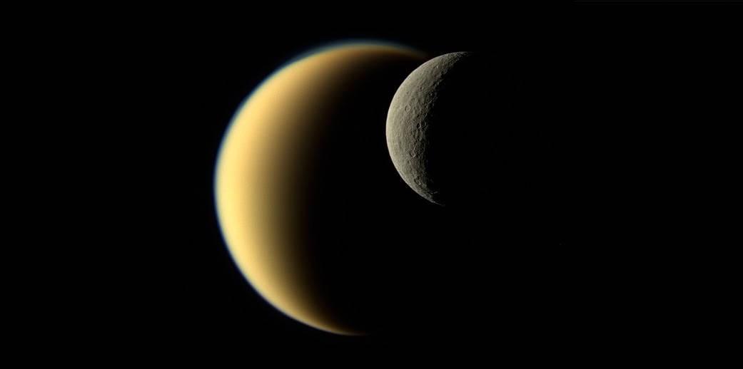 Titã e Reia, satélites de Saturno (Foto: NASA)