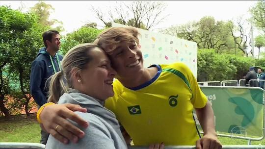 """Conheça a mãe que viaja, mas nunca viu o filho tenista jogar: """"Ela anda 10km do lado de fora"""""""