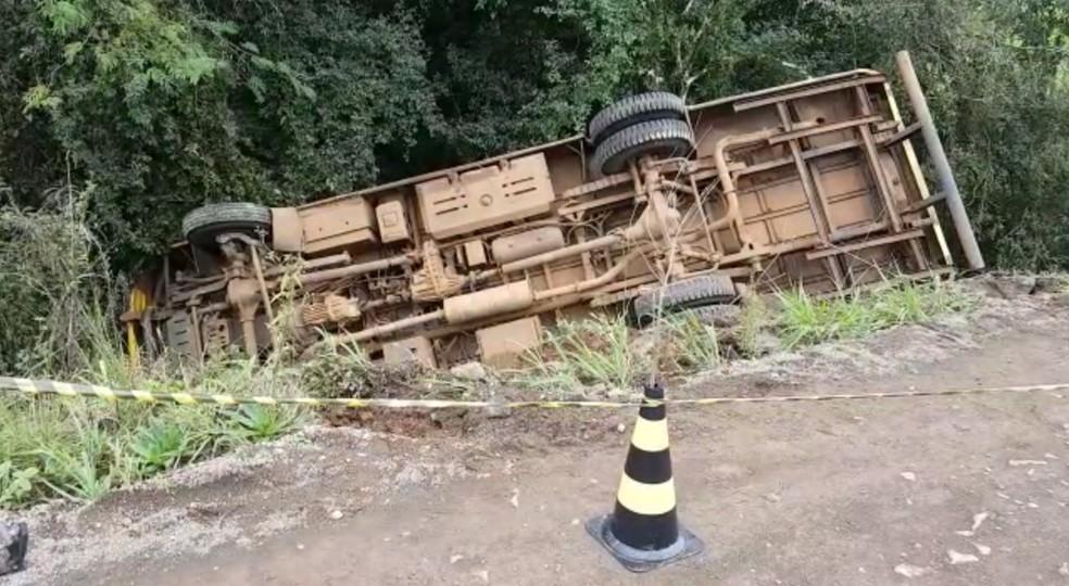 Crianças foram retiradas pelo motorista do ônibus após acidente em Muliterno — Foto: Reprodução/RBS TV