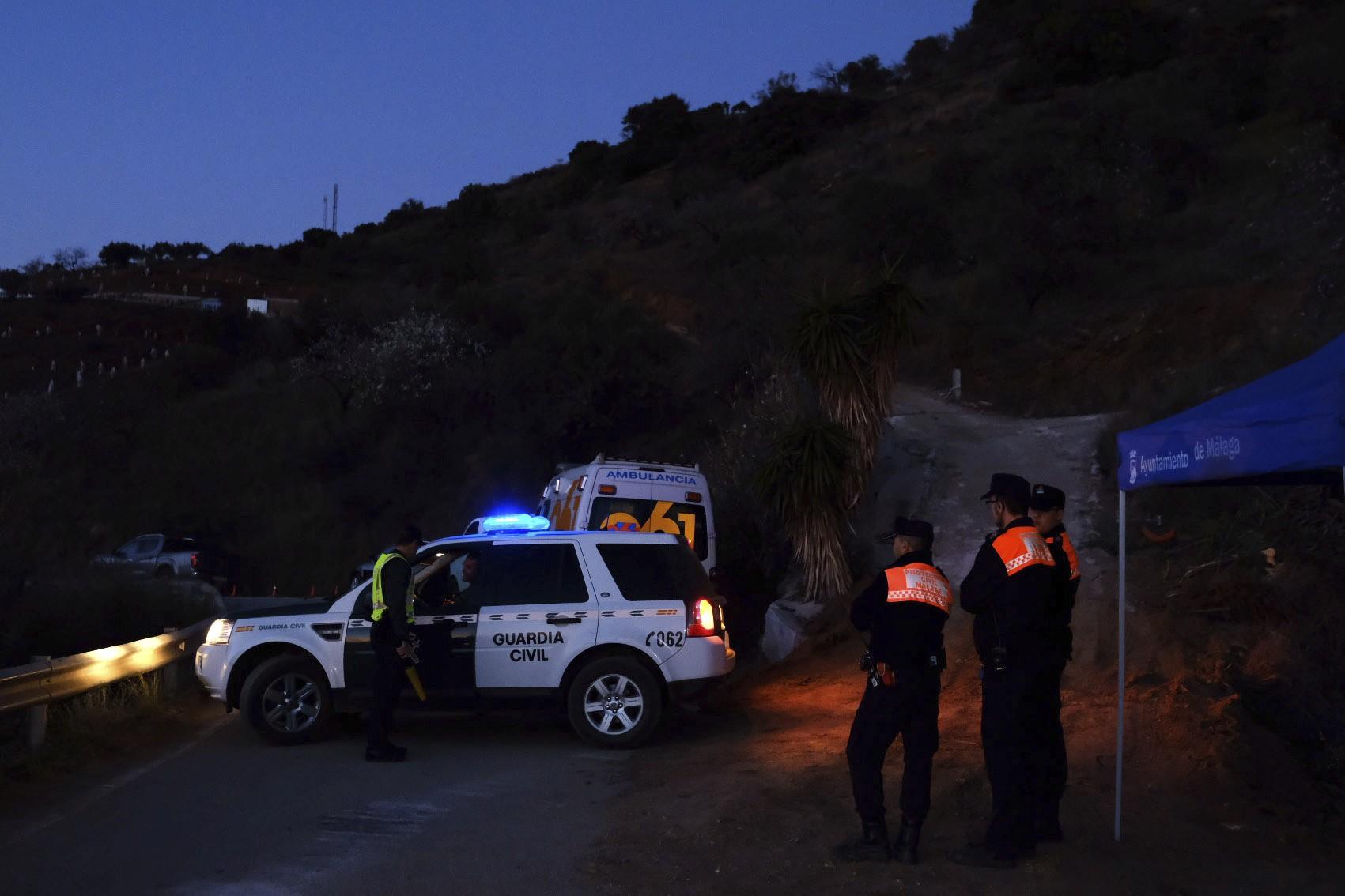 Bombeiros cavam túnel para tentar resgatar menino preso em poço na Espanha