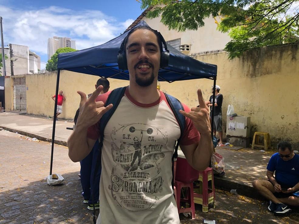 ENEM 2018 - DOMINGO (11) - RECIFE (PE) - Sérgio Rafael faz o Enem para se atualizar sobre os temas das provas — Foto: Pedro Alves/G1