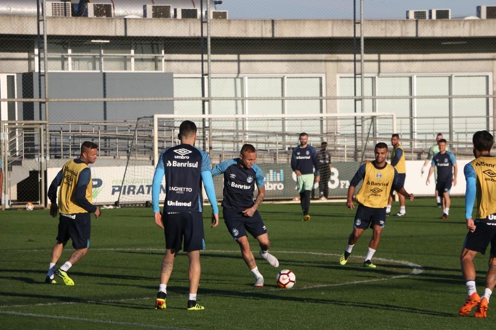 Luan (E) e Everton (com a bola) estão garantidos contra o Estudiantes (Foto: Eduardo Moura)