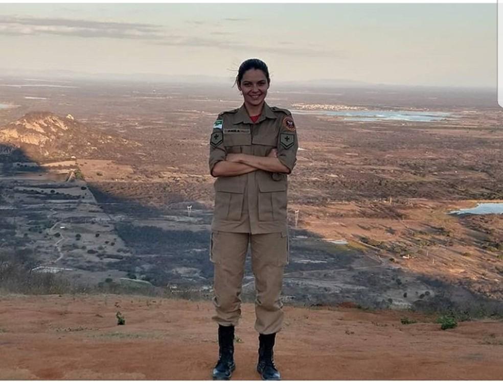 Ana Paula Targino tem 33 anos e é bombeira — Foto: Cedida