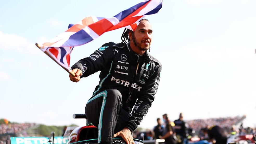 Lewis Hamilton comemorou oitava vitória no GP da Inglaterra com bandeira britânica — Foto: Bryn Lennon - Formula 1/Formula 1 via Getty Images