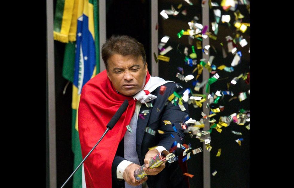 O deputado Wladimir Costa (Solidariedade/PA) solta confetes durante sessão que discute o processo de impeachment da presidente Dilma Rousseff no plenário da Câmara, em Brasília (Foto: Daniel Teixeira/Estadão Conteúdo)