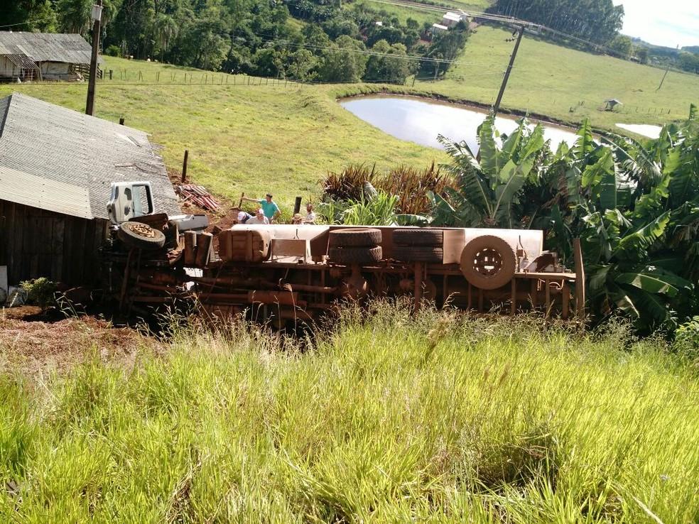 Caminhão caiu em ribanceira após acidente em Chapecó (Foto: PMRv/Divulgação)