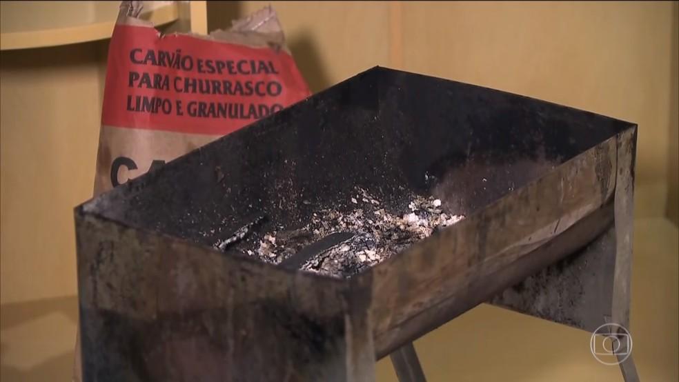 Uma churrasqueira foi encontrada acesa dentro do quarto do casal — Foto: Reprodução/TV Globo
