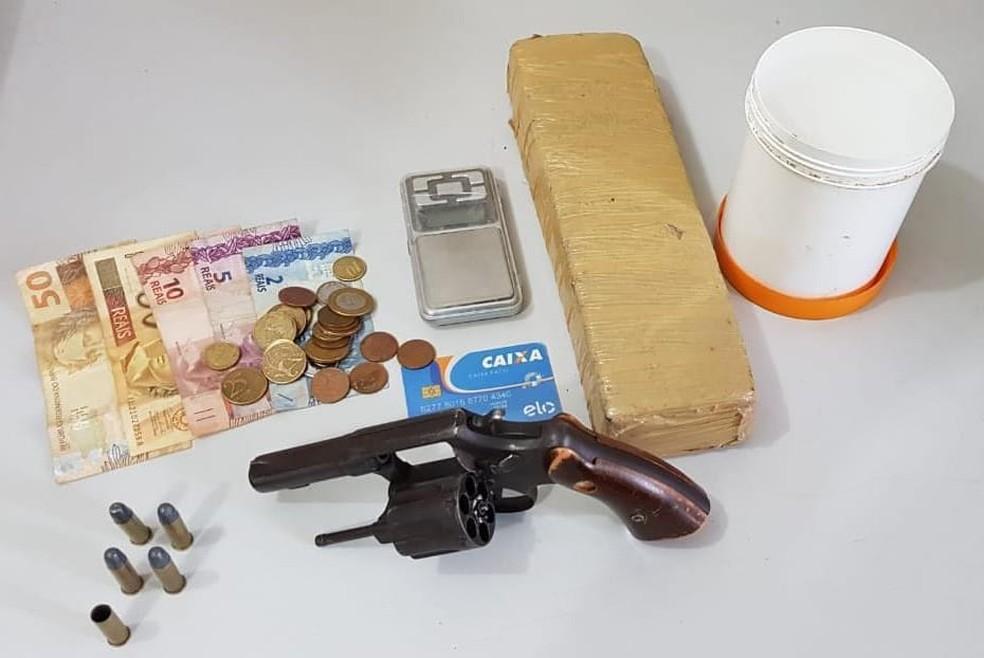 Arma e droga encontrada em Salvador com suspeito de tráfico na Bahia — Foto: Divulgação/SSP-BA