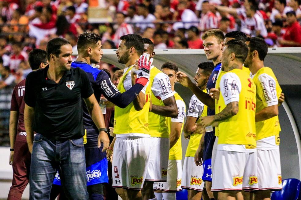 Com técnico novo, São Paulo inicia duelo nas quartas