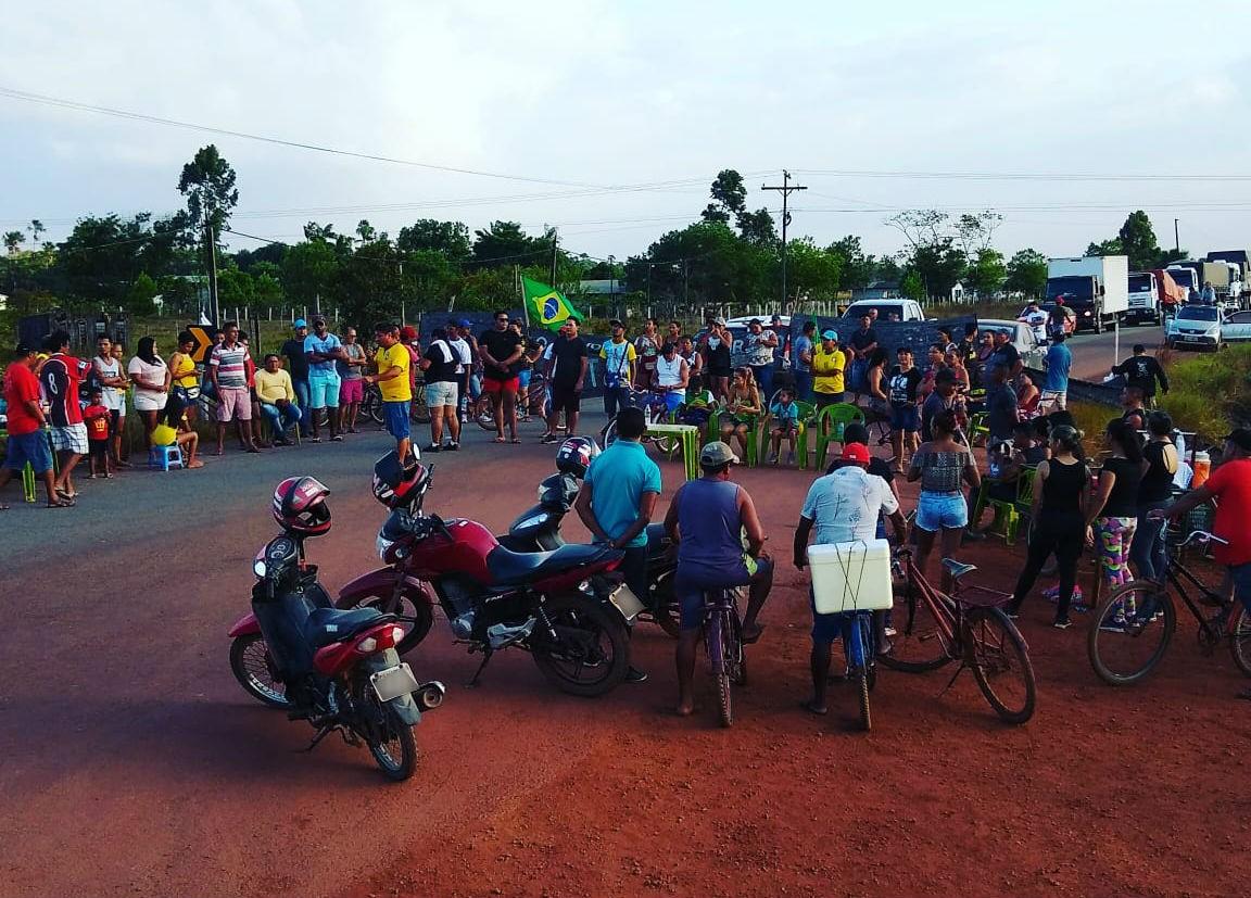 Moradores bloqueiam BR-156 em Calçoene por problemas na saúde, educação e mobilidade urbana - Notícias - Plantão Diário