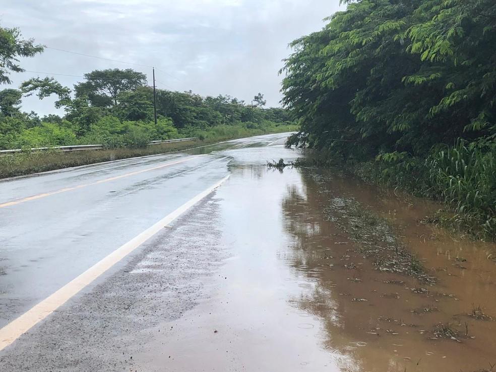 Ponte segue submersa e tráfego na RO-459 deve ser liberado só no final de 2019 — Foto: Jeferson Carlos/ G1