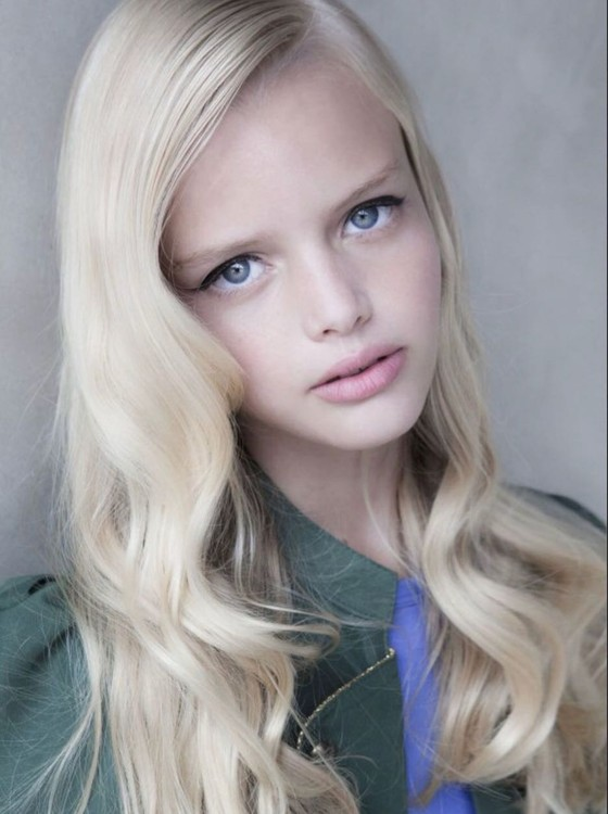 Ela foi descoberta aos 8 anos, época da foto acima, e desde então vem sendo preparada por uma agência de modelos  (Foto: Divulgação)