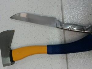 Machadinha e faca usado por suspeito de matar em Mogi das Cruzes (Foto: Jenifer Carpani/G1)