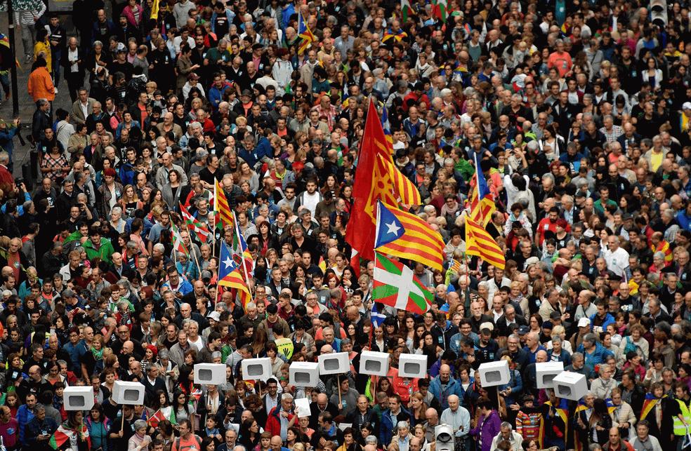 Em Bilbao, no País Basco, manifestantes levam bandeiras bascas, as ikurrinas, e catalãs, as estaladas, em ato a favor do separatismo da Catalunha, no dia 30 de setembro (Foto: Alvaro Barrientos/AP)