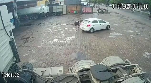 Vídeo: motorista perde controle do carro e atinge homem que praticava corrida no acostamento, em Maceió