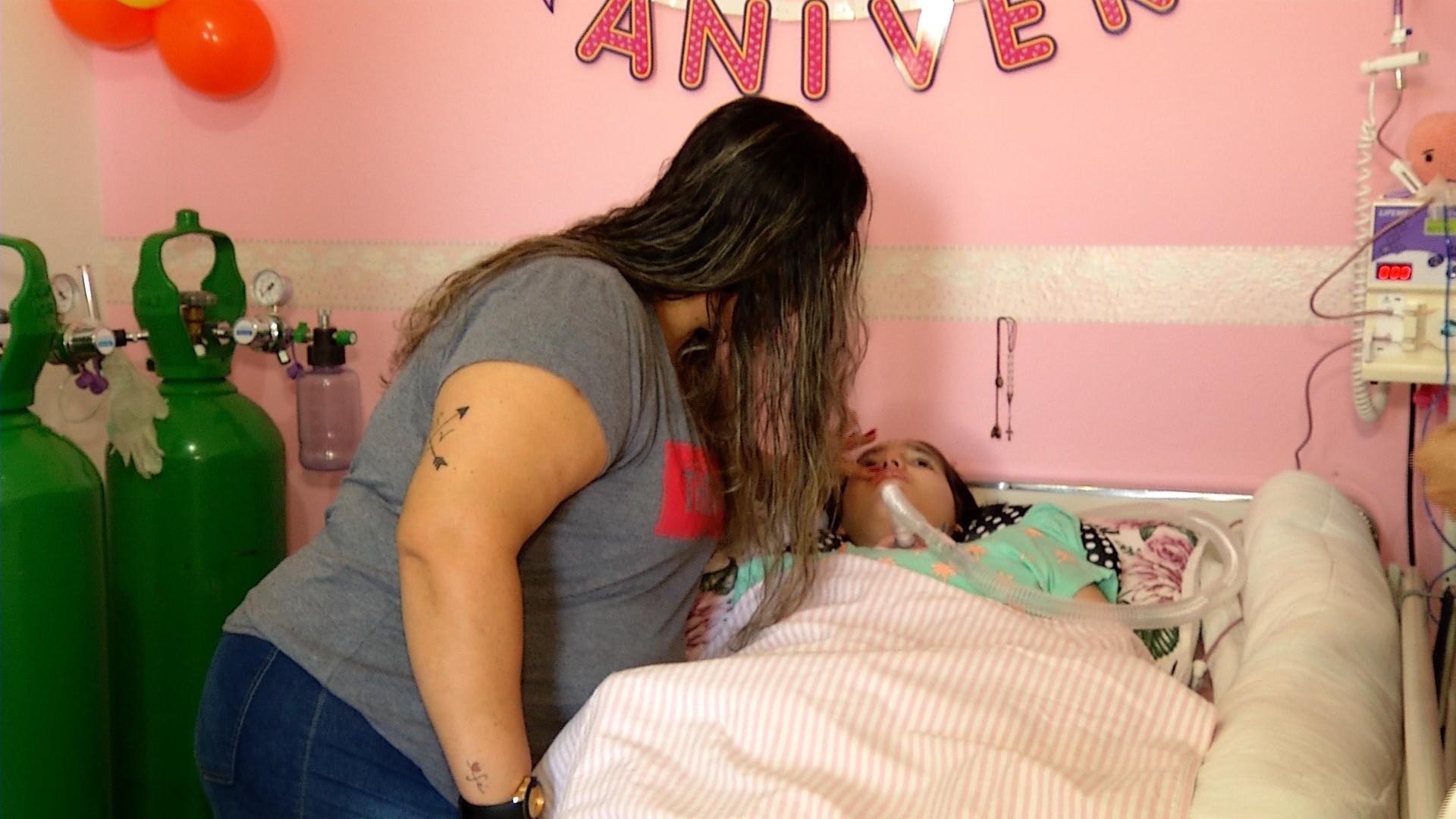 Menina com paralisia que vive ligada a tomadas ganha gerador; 'Agora posso dormir tranquila', diz mãe  - Noticias