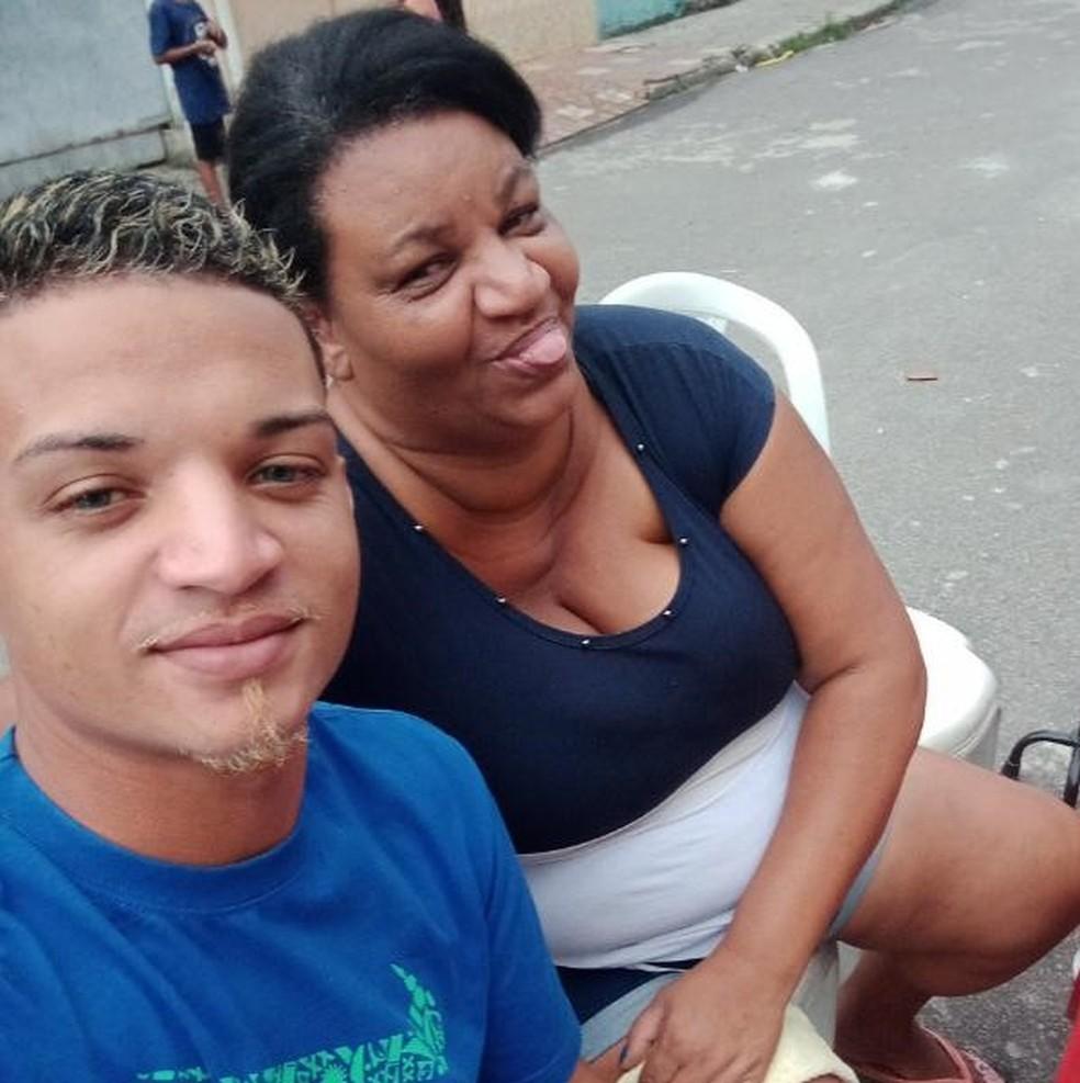 Alessandra dos Reis com o filho: ela vendeu até a geladeira pra tentar ajudá-lo — Foto: Reprodução/Rede social