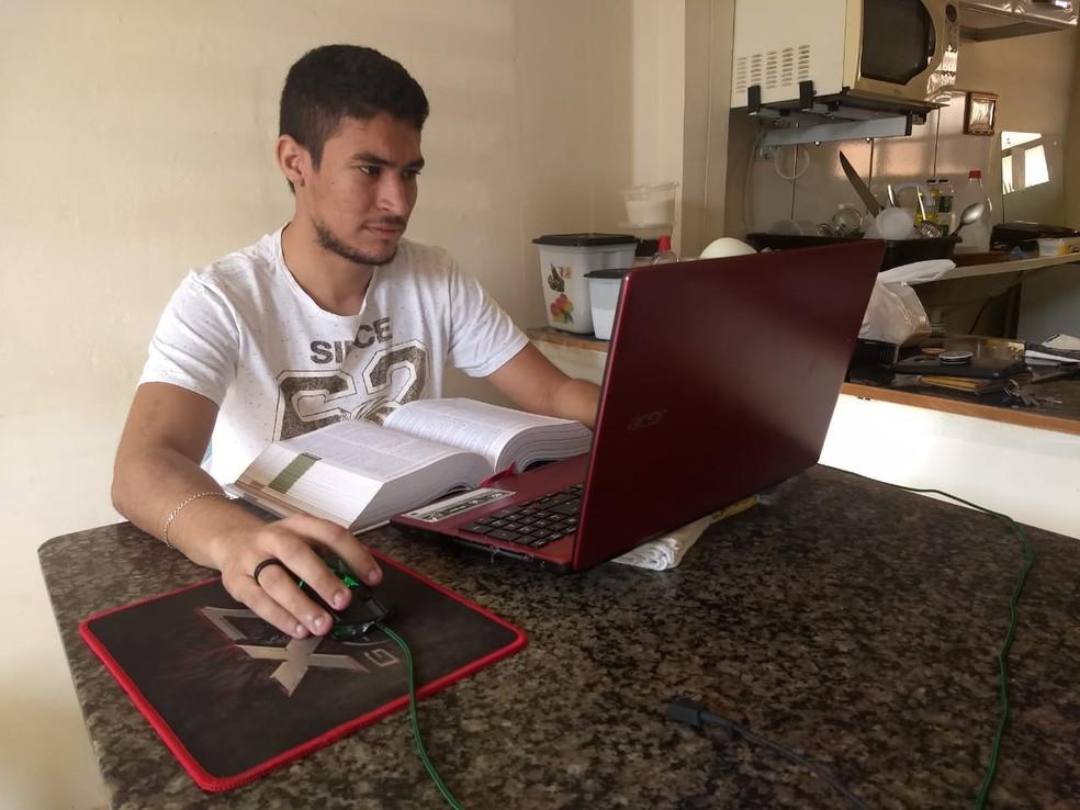 Gabriel Lima, que estuda Direito, mora a 15 quilômetros da Unir e teme não conseguir voltar para casa após as aulas. — Foto: Diêgo Holanda/G1