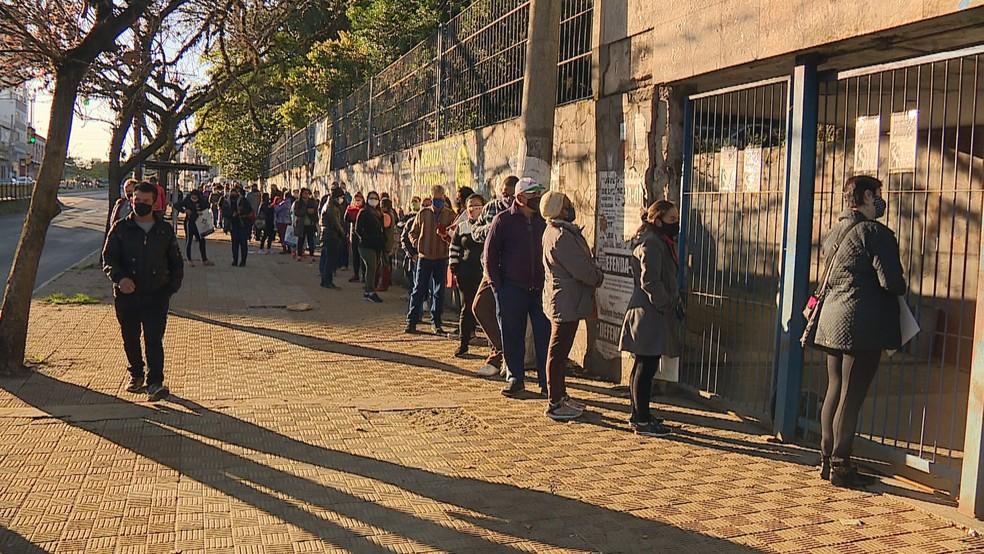 Fila em frente à agência do INSS tinha cerca de 70 pessoas nesta segunda — Foto: Reprodução / RBS TV