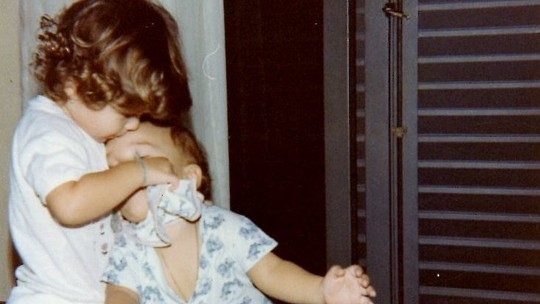 Junior faz homenagem a Sandy e publica foto de quando eram bebês