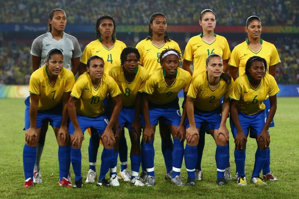 Camisa 6 (à direita), Maycon junto da selecao feminina olimpica medalha de prata em 2008 — Foto: Getty Images