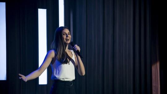 Veja bastidores de Camila Queiroz se preparando para cantar para Klebber Toledo no 'Tamanho Família'