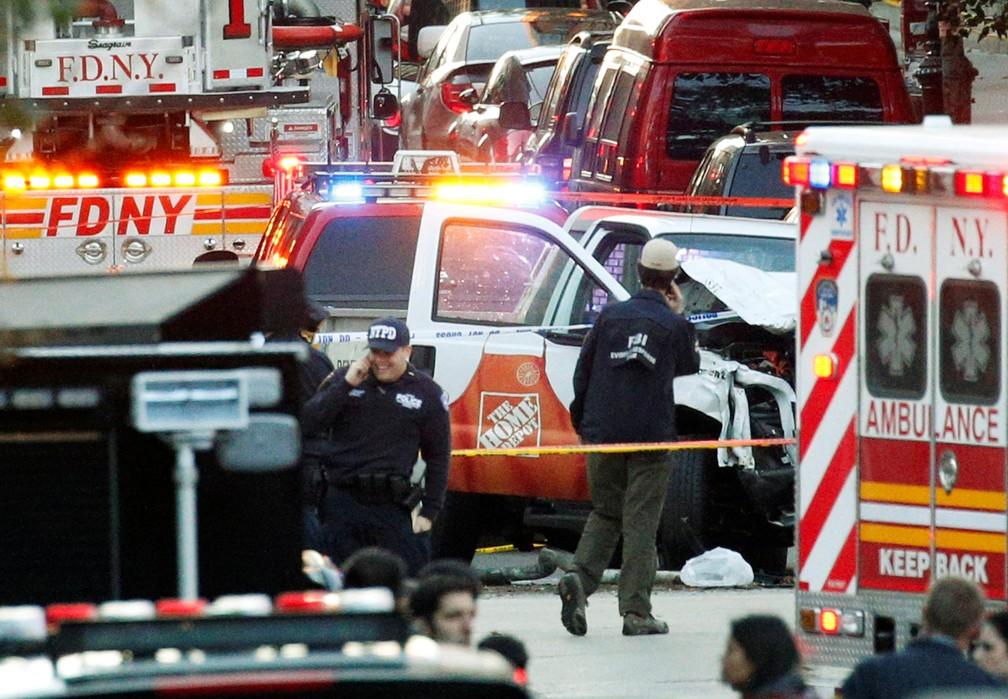 Policiais trabalham em local em que houve um tiroteio nesta terça-feira (31) em Nova York (Foto: Brendan McDermid/Reuters)