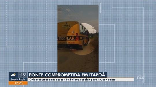 Crianças precisam descer de ônibus escolar para veículo passar por ponte de madeira em Itapoá