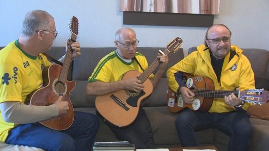 Catarinense que já esteve em 7 Copas do Mundo cria hino e vai cantar com 100 brasileiros na Rússia; ouça música