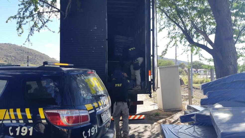 Casal foi preso com mais de uma tonelada de maconha na BR-116 — Foto: Divulgação/PRF
