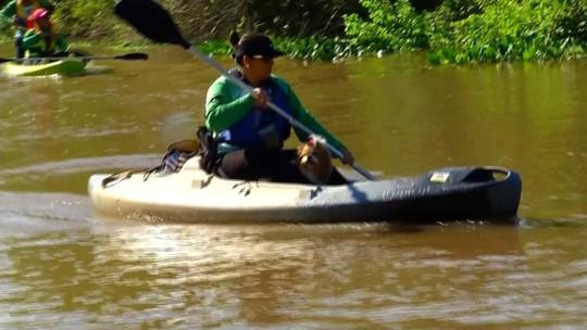 Voluntários fazem passeio de caiaque para fazer a limpeza de rio em Palmeira D'Oeste