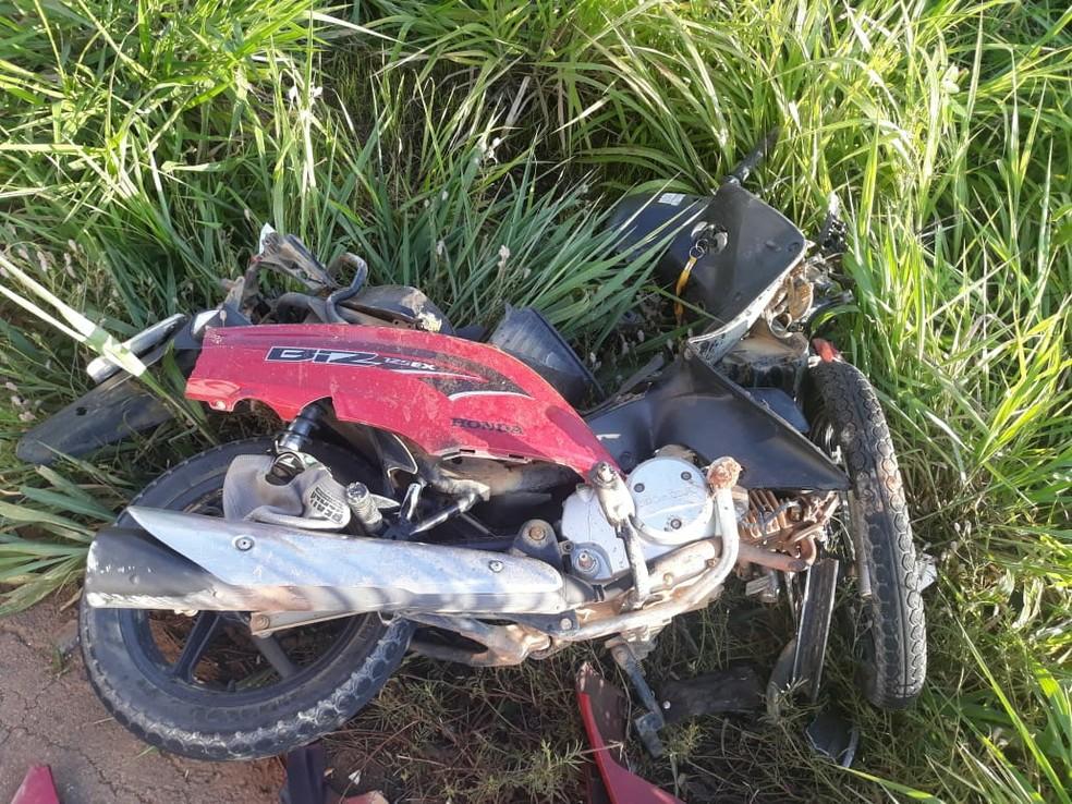 Moto após acidente com carro em Buritis — Foto: Reprodução/Redes sociais