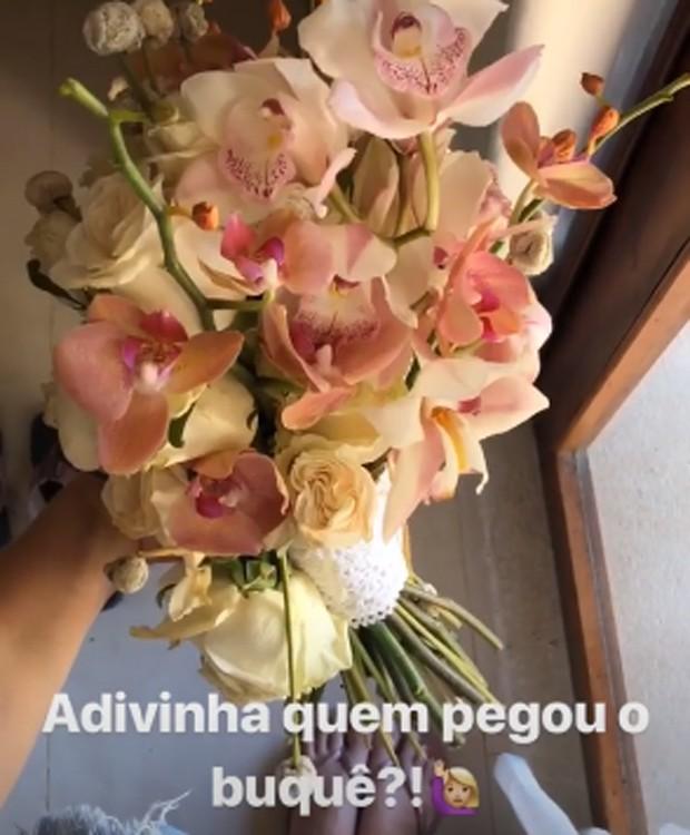Buquê de Camila Queiroz ficou nas mãos de Melina Queiroz (Foto: Reprodução/Instagram)