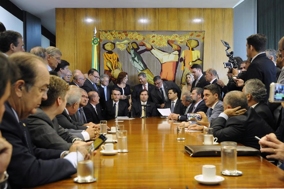 Deputados e assessores filmam a entrega da reforma da Previdência pelo presidente Jair Bolsonaro, no gabinete do presidente da Câmara, Rodrigo Maia (DEM-RJ) — Foto: Luis Macedo/Câmara dos Deputados