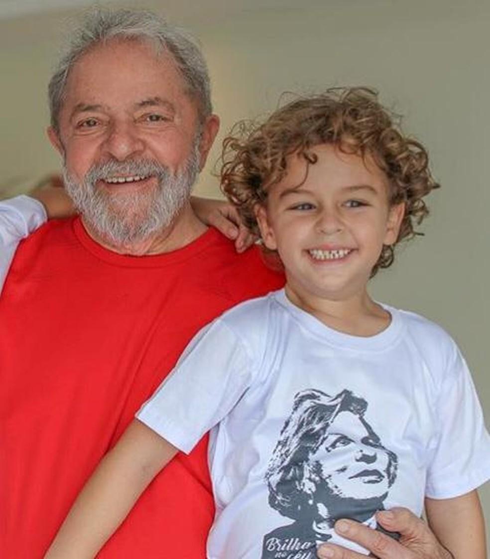 Lula e o neto Arthur — Foto: Reprodução/Facebook