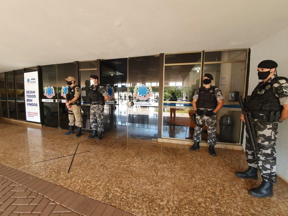 Promotores e investigadores estão na sede da prefeitura de São de Miguel do Iguaçu — Foto: Bruna Kobus/RPC Foz do Iguaçu