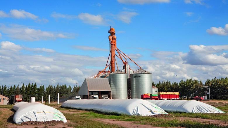 Após o uso, o silo-bolsa é utilizado na fabricação de sacolas de lixo e embalagens (Foto: Getty Images)