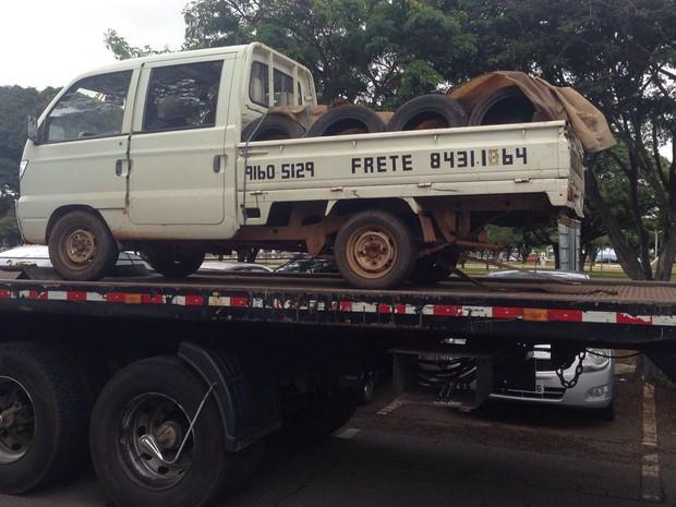 Carregamento de pneus apreendido pela Polícia Militar durante protesto no DF por moradia (Foto: Mateus Rodrigues/G1)