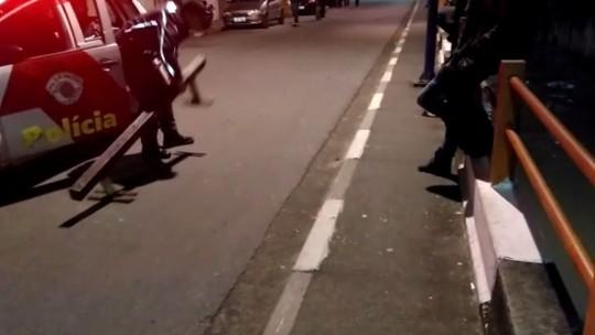 PM joga corrimão de skate usado por adolescentes em rio em Taboão da Serra; veja vídeo